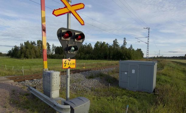 Törmäyksen voimasta pakettiauto sinkoutui junaradalle, josta kuljettaja itse ajoi radan toiselle puolelle. Kuvituskuva.