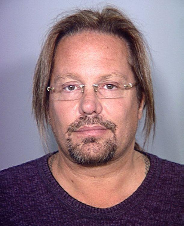 Astuessaan vankilaan Vince Neil näytti enemmän nörtiltä kuin rokkarilta.