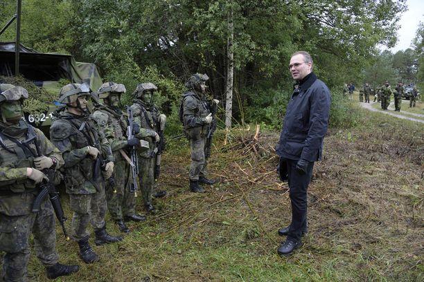 Puolustusministeri Jussi Niinistö keskusteli suomalaissotilaiden kanssa Gotlannissa. Suomi osallistuu kahdeksan muun maan kanssa Ruotsin järjestämään Aurora-sotaharjoitukseen.