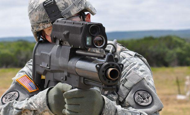 Puoliautomaattinen XM-25 ampuu ohjelmoitavia kranaatteja. Sen efektiivinen ampumamatka on noin 500 metriä.