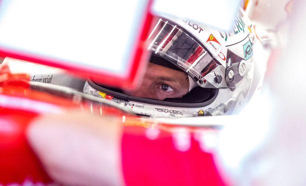 Sebastian Vettel kihisi kypäränsä sisällä Kevin Magnussenin takia.
