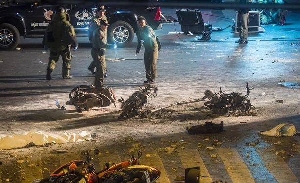 Poliisi tutki räjähdyspaikkaa Bangkokissa.