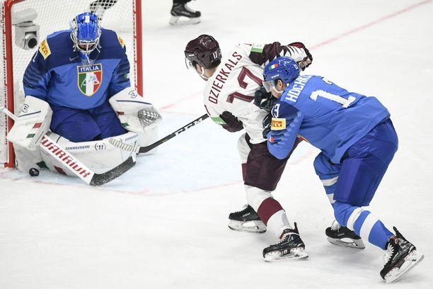 """Andreas Bernard torjui """"pari"""" kertaa Latvia-ottelussa."""