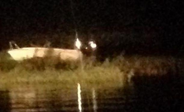 Vene matalikolla Kallahdenselällä.