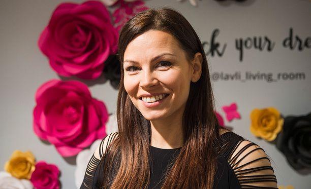 Fitnessmalli Mari Valosaari kirjoittaa suosittua blogia. Mari ja Jontte avioituivat kesällä 2013. Mari Valosaari ja muusikkona tutuksi tullut Jontte Valosaari saivat huhtikuussa 2016 toisen lapsensa Mion.