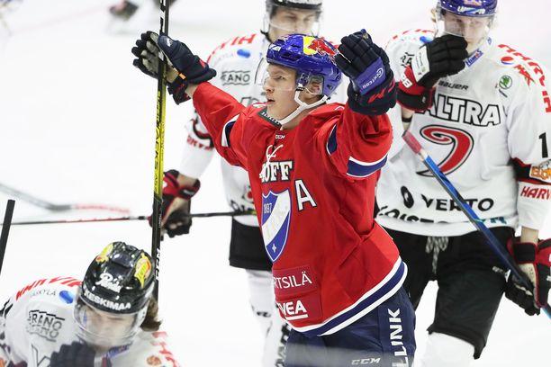 HIFK:n 19-vuotias tähtisentteri Anton Lundell tuulettaa 1–0-maaliaan. Hän oli ottelun tehopelaaja saldollaan 1+1.