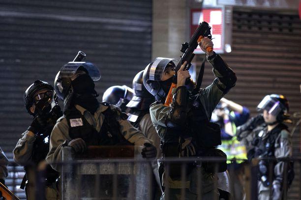 Poliisi on koventanut otteitaan sitä mukaa, kun myös Kiinan hallintoa vastustavat mielenosoittajat ovat syyllistyneet väkivaltaisuuksiin.