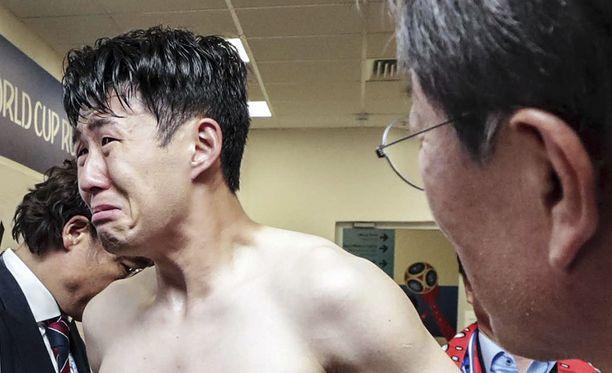 Son Heung-min itki pukukopissa Meksiko-tappion jälkeen.