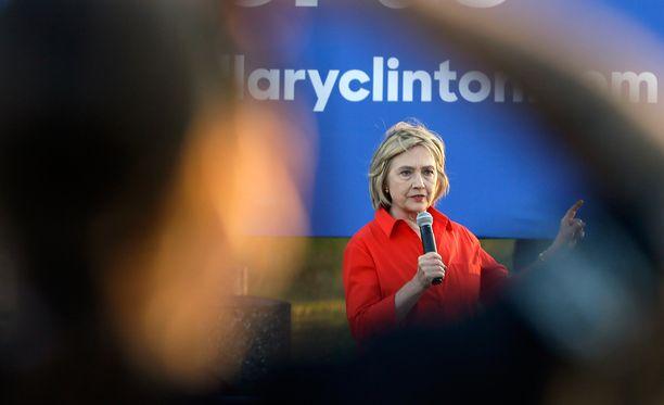 Clinton nostaisi minimipalkan 12 dollariin eli lähes 11 euroon tunnilta nykyisestä 7,25 dollarista.