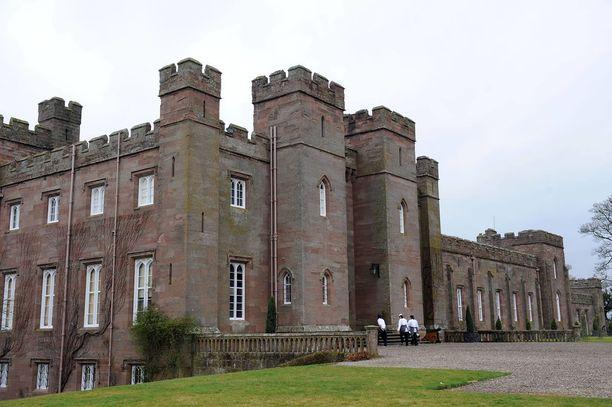 Skotlantilaislinnassa on asunut kuninkaallisia ja se on lähes tuhat vuotta vanha.