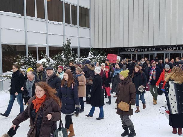 Yliopistomaailmassa kuohuu. Viime viikolla mielenosoittajat vastustivat Tampereella uuden yliopiston uutta johtosääntöä ja marssivat ulos yliopistolta. Nyt henkilökunta on ajautunut palkkariitaan työnantajan kanssa.