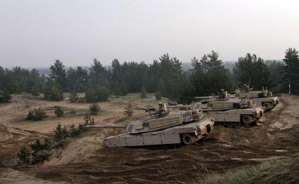 Näitä Abrams-taistelupanssarivaunuja amerikkalaiset joukot tuovat Norjasta Suomen avuksi sotilaallisessa kriisissä, jos poliittinen tahto niin suo. Kuva sotaharjoituksesta Latviasta vuodelta 2014.