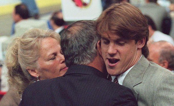 Bryan Berard varattiin ensimmäisenä pelaajana vuoden 1995 varaustilaisuudessa. Kuvassa Berardin isä ja äiti onnittelevat tuoretta ykkösvarausta.