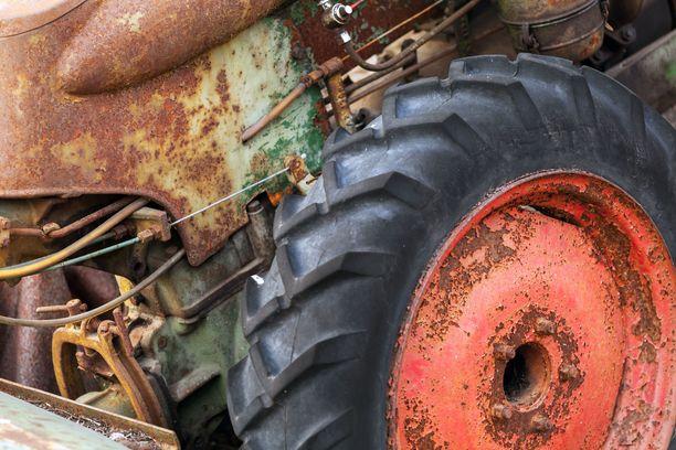 Mieshenkilön jalka jäi traktorin alle puristuksiin lauantaina Lempäälässä.