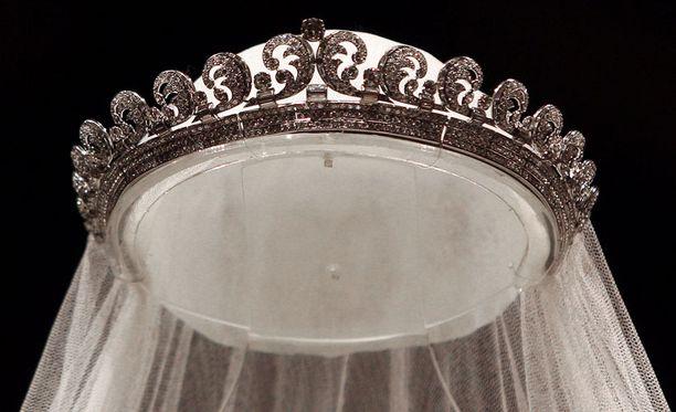 Näyttelyssä voi ihastella myös herttuattaren häätiaraa, joka on Cartierin valmistama.
