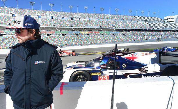 Fernando Alonso valmisteli itseään Le Mansin 24 tunnin kilpailuun ajamalla viikonloppuna Daytonassa vastaavan kisan.