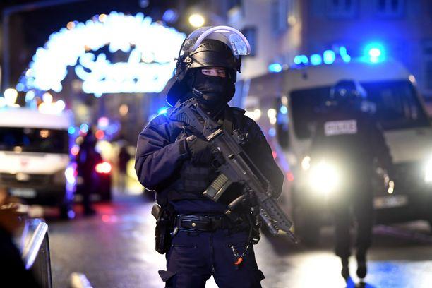 Ranskan poliisi ja erikoisjoukot jalkautuivat nopeasti Strasbourgin kaduille ja Saksan rajalle, mutta ampujaa ei saatu verekseltään kiinni.