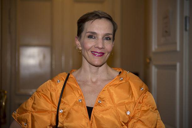 Maria Veitola on tuttu muun muassa Yökylässä-ohjelmastaan.