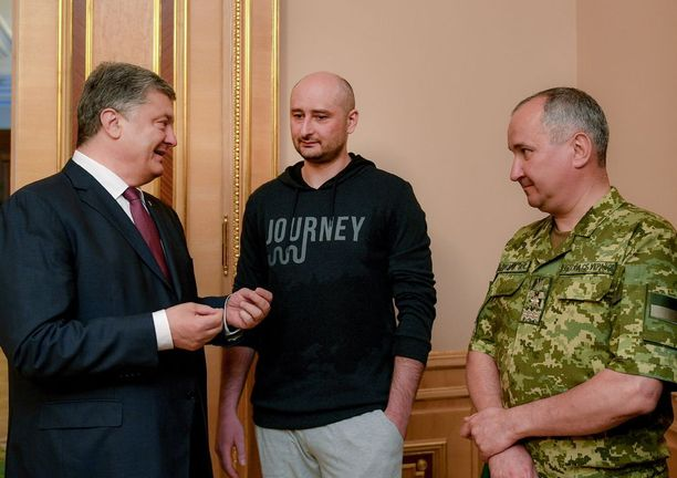 Ukrainan presidentti Petro Poroshenko (vas.) kertoi olevansa iloinen Ukrainan turvallisuuspalvelun onnistuneesti suoristetusta tehtävästä Arkadi Babchenkon (keskellä) hengen pelastamisesta.