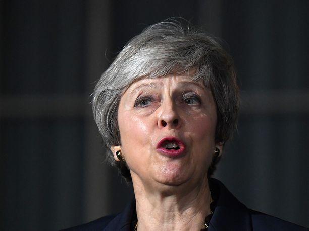 Britannian pääministeri Theresa May sai hallituksen tuen brexit-sopimukselle, mutta muuten Britanniassa sopimukseen on suhtauduttu nihkeästi.