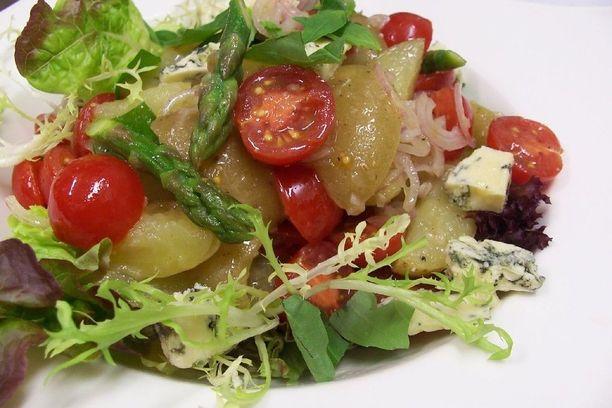 Tässä salaatissa kesäiset maut pääsevät mainiosti esille.