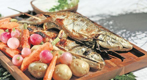 Kokonaisina grillatuissa kaloissa ja kasviksissa ovat tallella kaikki kesän aromit.