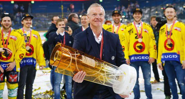 Kari Jalosen (kuvassa) ja Ville Peltosen valmentama SC Bern voitti viime kaudella Sveitsin mestaruuden. Titteli oli seuralle toinen peräkkäinen. Suomalaiskaksikko jatkaa yhä joukkueen peräsimessä.