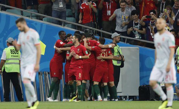 Joao Moutinho (numero 8) juoksi pikavauhtia takaisin kentälle sen jälkeen, kun kaikki kymmenen Portugalin pelaajaa ylitti viivan tuulettaessaan ensimmäistä maalia.