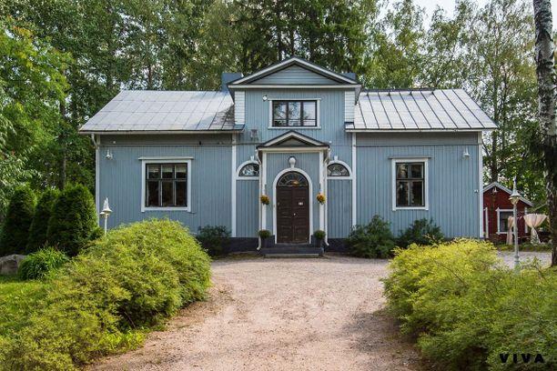 Tämän maalaisromanttisen talon rakennutti kauppias Ludvig Englbreht-Groth vuonna 1909. Hintapyyntöä 178-neliöisellä talolla on 383 000 euroa.