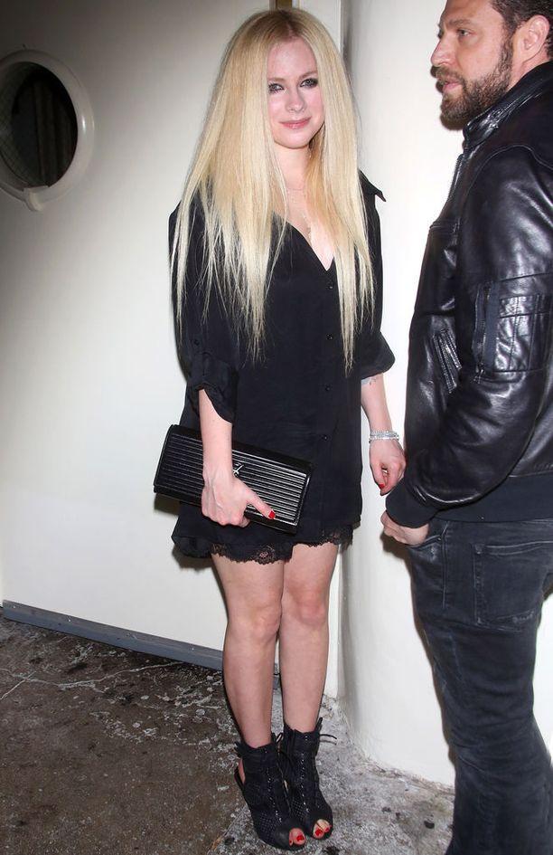 Lavigne hymyili iloisesti paparazzeille.