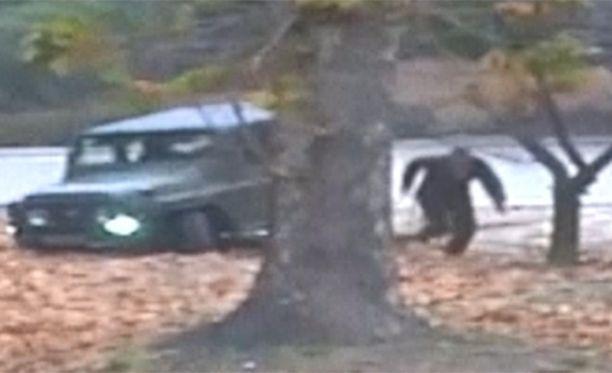 Loikkarin jeeppi juuttui maastoon ja mies lähti juoksemaan oman maansa sotilaat kintereillään.