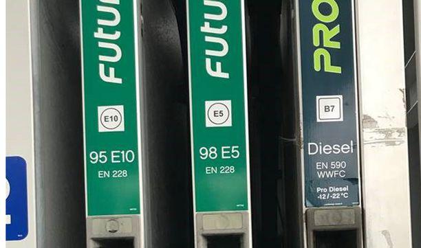 OIKEIN: 95E (tässä mittarissa merkitty 95E10) on nyt E10 ja 98E (tässä mittarissa merkitty 98E5) on pelkkä E5.