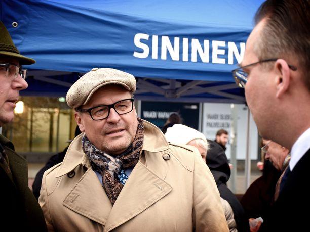 Sinisten puoluesihteeri Matti Torvinen kertoo ilmoittaneensa eduskunnan turvallisuuspalvelulle puoluekollegastaan, joka vainoaa ja uhkailee häntä. Torstain yksivuotiskahveilla Torvisen seurana oli mm. puolustusministeri Jussi Niinistö.