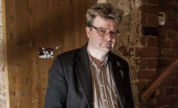 Noin kolmasosa Suomen sisällissodassa kuolleista menehtyi vankileireillä, filosofian tohtori Marko Tikka (vas.) sanoo.
