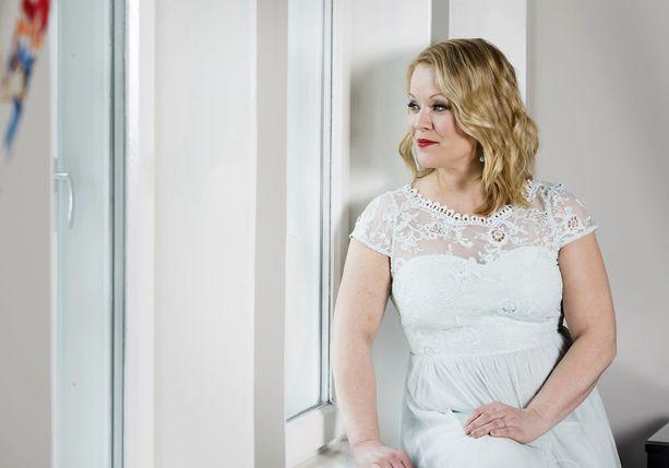 Heidi Pakarinen hyväksyy itsensä sellaisena kuin on. Hän kannustaa myös tyttäriään näkemään itsensä arvokkaina ja hyväksyttävinä omana itsenään.