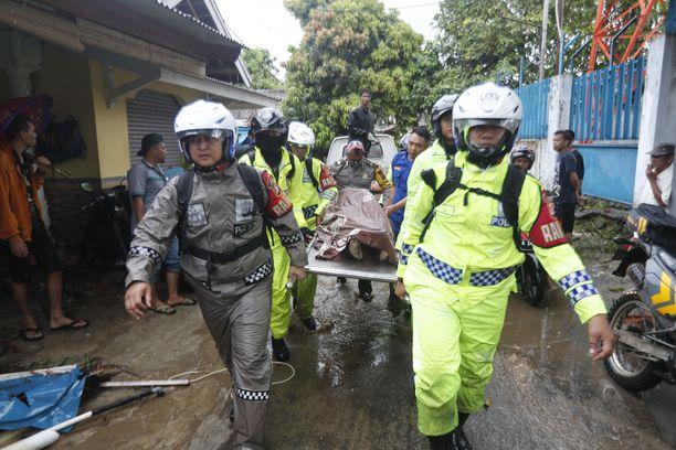 Tsunamissa kuoli ainakin 291 ihmistä.