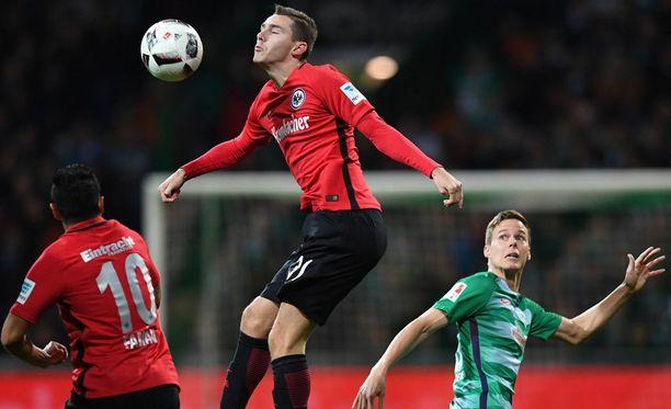 Werder Bremenin Niklas Moisander (oik.) esittelee hyökkäystaitojaan Eintracht Frankfurtia vastaan.