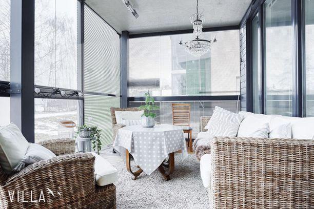 Tampereen Onkiniemessä lasitetun terassin seurustelunurkkauksen katossa on jopa kristallikruunu.