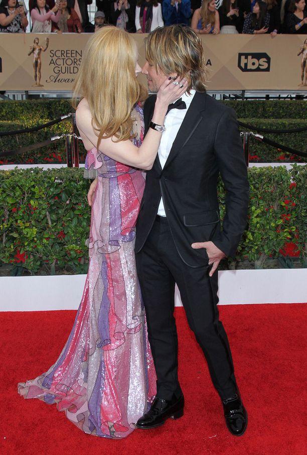 Nicole Kidman ja Keith Urban hempeilivät kameroiden edessä.