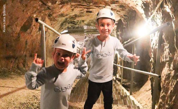 Kaivoskierros innosti lohjalaisen Sjöblomin perheen pojat riemunkiljahduksiin.