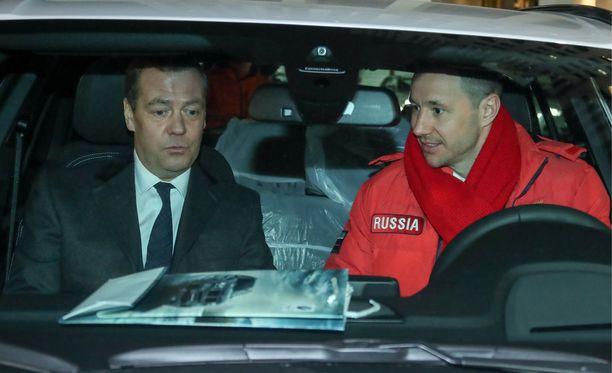 Ilja Kovaltshuk testasi olympiakulta-autoa pääministeri Dmitri Medvedevin johdolla.