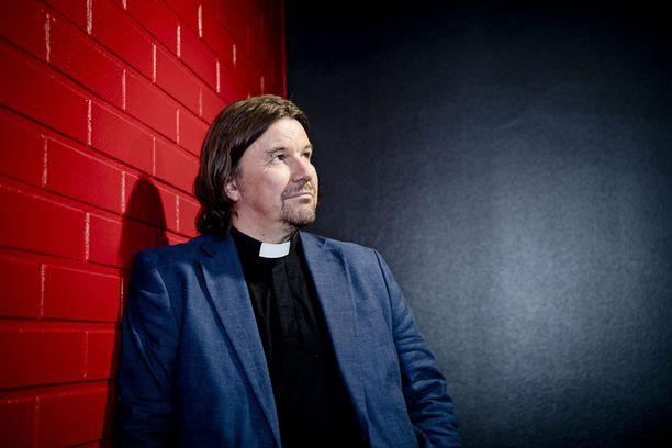 Kari Kanala tukee pareja Ensitreffit alttarilla -ohjelmassa.