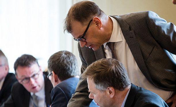 Pääministeri Juha Sipilä (kesk) vakuutti tiistaina iltapäivällä, että vain kannustinloukkuasiat ovat riihessä kesken.