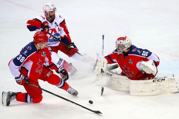 Kanadalainen Max Talbot (takana) pelasi Lokomotiv Jaroslavlissa kaksi kautta vuosina 2016-18.