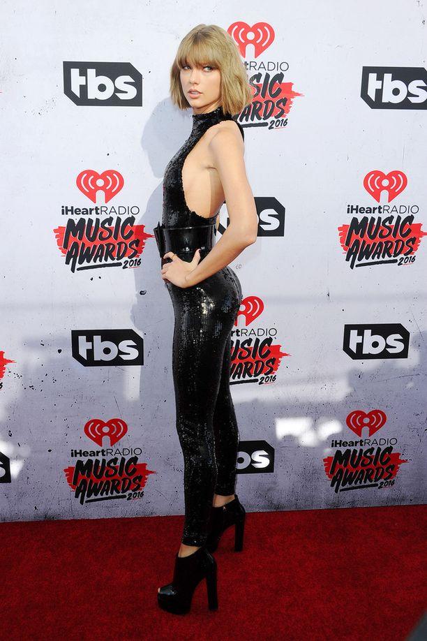 Taylor Swift sunnuntaina iHeart-musiikkigaalassa.