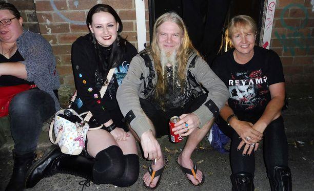 Basisti Marco Hietala istahti fanien väliin Australian Sydneyssä.