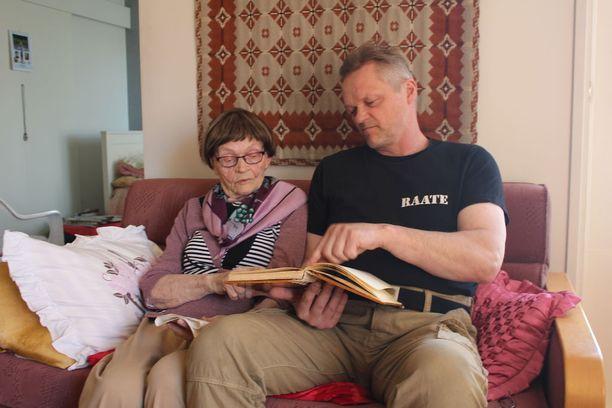Irja katselee usein valokuvia poikansa Reiman kanssa. Sotahistoria on tärkeä myös Reimalle, hän isännöi Suomussalmelle avattua Jatkosotanäyttelyä.