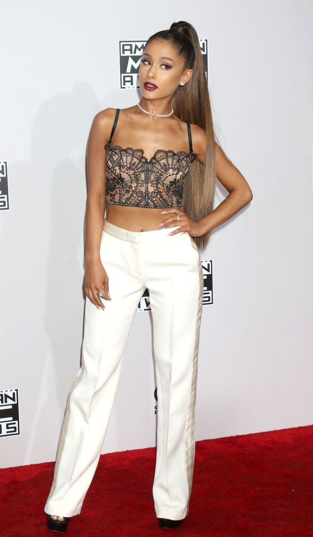 Hair goals! Ariana Granden pitkä ja sliipattu ponnari vuodelta 2016 on kadehtimisen arvoinen. Kukapa ei haluaisi pitkää ja sileää tukkaa.