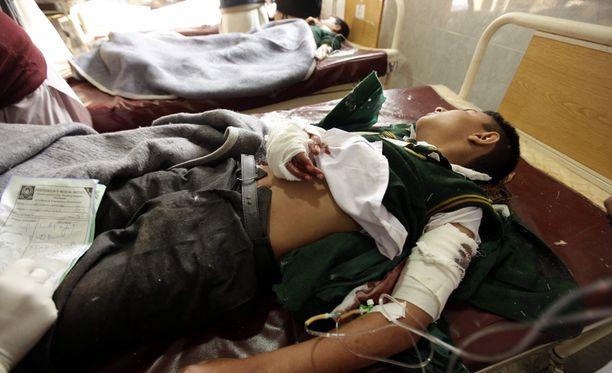 Taleban-sissien kouluiskussa loukkaantunut koulupoika saa hoitoa sairaalassa.
