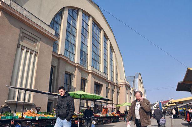 Keskustori halleineen houkuttelee päivittäin jopa 100 000 asiakasta. Vuonna 1930 avattua ostoskeskusta pidettiin tuolloin lajissaan maailman suurimpana.